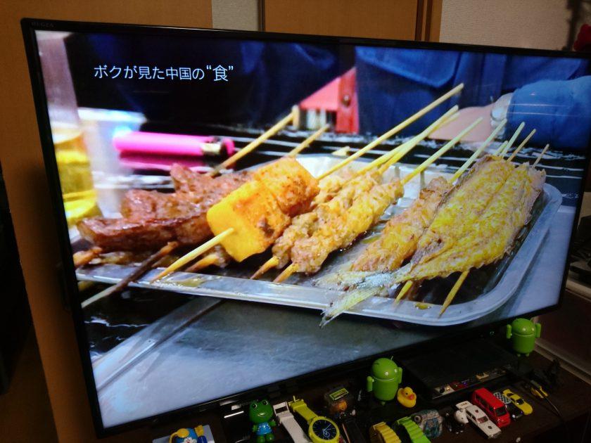 取材後に、ディレクターが大好きな串揚げ料理を食している場面。 街の食堂で食べる料理が好きなのだそうだ
