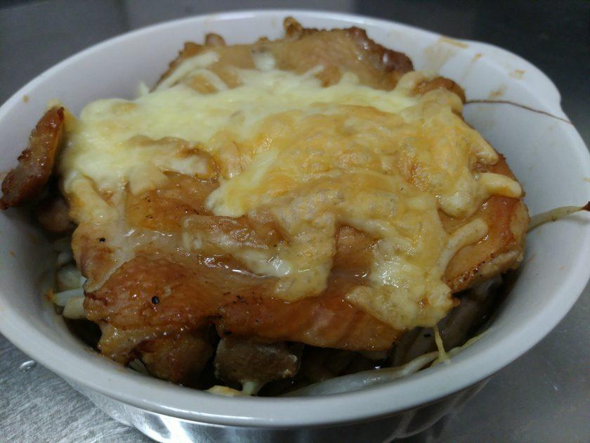 油抜きをして、料理酒・白だし、塩・胡椒などで炒めたきのこともやしと一緒にチーズでオーブンしたのです。美味かった!
