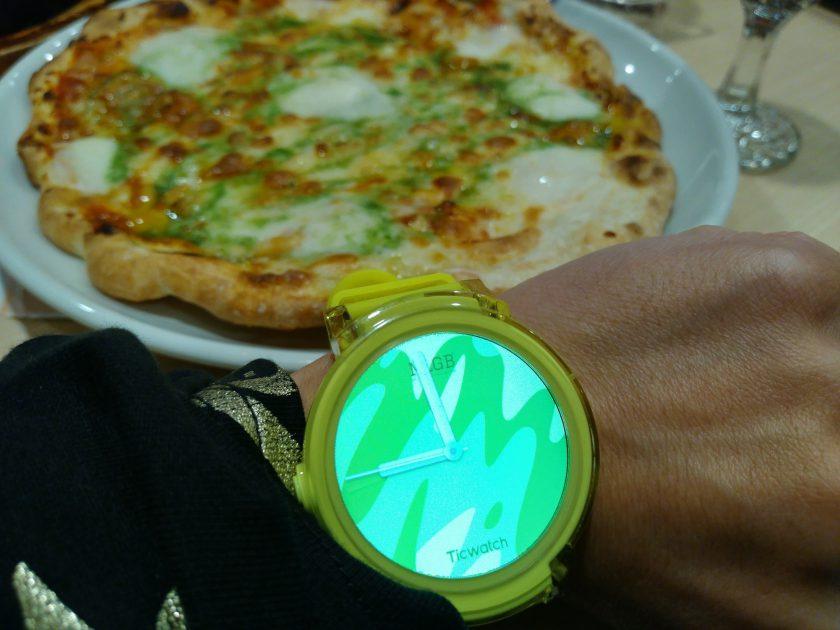 これもガストで撮った、モッツァレラチーズもりもりのピザとTicWatch。