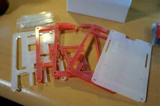 Pibow 3 B+ Coupé Redを取り出しました。粗削りもなく、作りはしっかりしています。 番号が振られているので、その順番に組み立てますが、Raspberry Pi 3 B+の基盤下に3枚、上に2枚という感じです。
