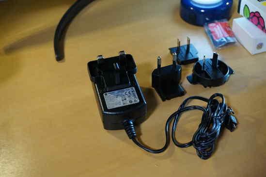これは、Official Raspberry Pi Universal Power Supply、公式電源です。 コンセントはワンタッチで取り外せて、自分が使っている電源コンセントと同じ形状のコンセントに付け替えれます。