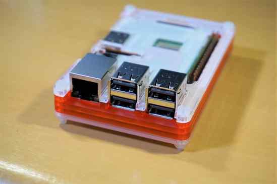 Raspberry Pi 3 B+とCoupé Redのケースの背面です。 現状有線LANは使わないので、ギガビットイーサがUSB2.0コントローラの上限までしか速度が出ない事に何の不満もないw