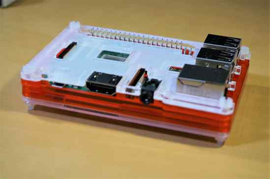Raspberry Pi 3 B+とCoupé Redのケース、電源ポート、HDMI端子、イヤホンジャック部分。