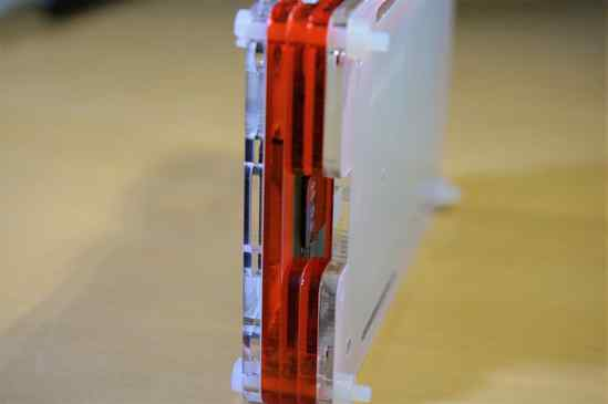 MicroSDカードは予め挿指していた方が無難。 Coupé Redのケースを取付けた状態だと、素手では取り出しが難しいので、ピンセットなどで取り出す必要があります。