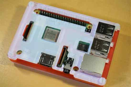 Raspberry Pi 3 B+とCoupé Redのケースの上部。シンプルでなかなかいい! ケースを取り付けた状態でカメラケーブルを取り付けるには、コネクタをピンセットで上げて、ケーブルを軽く差し込み、止まったところで更に力を加えて押し込むと、しっかりと取り付けられます。
