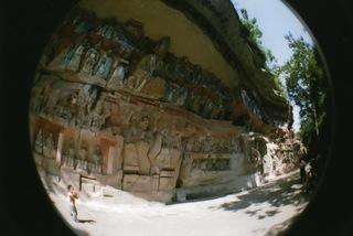 2009年の中国旅行、重慶の石窟にてLomographyのfisheye2で撮影