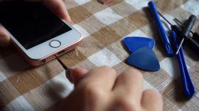 12_iPhone SEを特殊ネジで固定して組み立て完了!