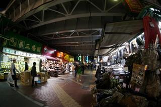 夜の上野のアメ横