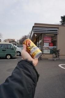 板橋区立美術館前のセブンイレブンで缶コーヒーを買う