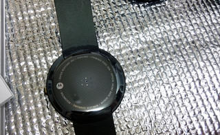 Android Wear Moto 360 Smart Watchの裏側、心拍数計等あり