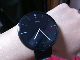 Android Wear Moto 360 Smart Watchを装着