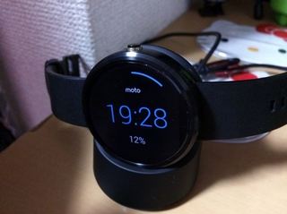 Android Wear Moto360 Smart Watchwを充電