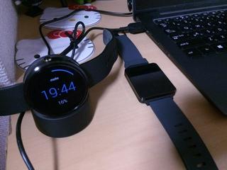 Android Wear Moto360 Smart Watchを無接触充電中