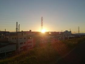 荒川の河川敷、土手から夕陽を眺める