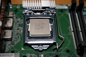 CPUをマザーボードに取り付け
