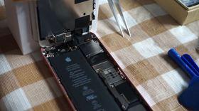 8.iPhone SE本体(SoC)と液晶パネルと取り付ける