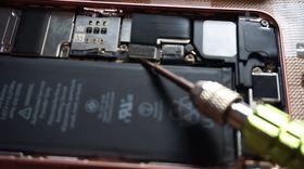 9.iPhone SEのメインスピーカーのコネクター。ここを外すとカメラ撮影しても音が出ない