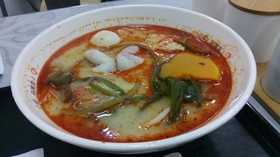 重慶麻辣湯!豚骨っぽい肉系の出しと野菜、魚肉の具